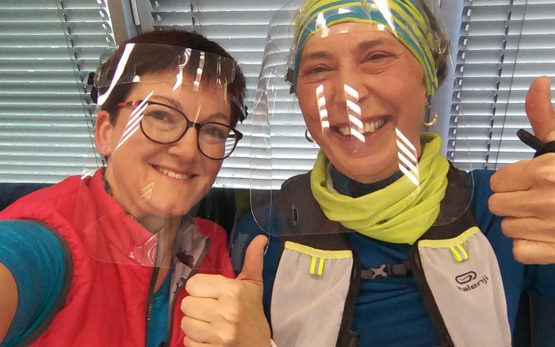 Lenka Křivánková (Nezrezneme.cz) a Kristina Schjbalová (Zelená tělocvična) těšně před prvním vstupem o nordic walking ve Snídani s Novou, 18. 5. 2020