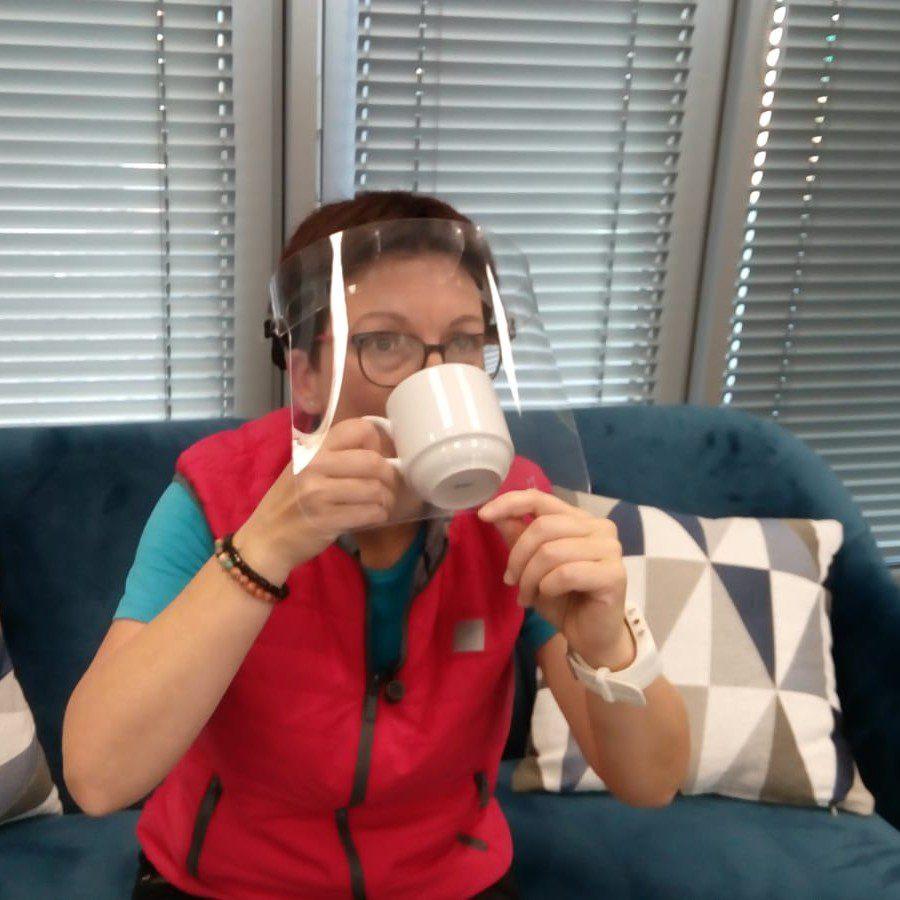 Pít kávu se štítem je výzva!